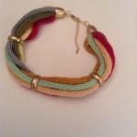 Collier aus bunten Wollschnüren mit Goldbesätzen