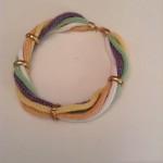 Collier aus pastellfarbenen Wollschnüren mit Goldbesätzen