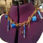 Goldfarbene Halskettenkombi mit blauen Nespressoanhaengern