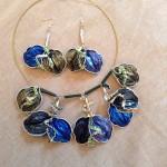 Goldfarbener Kunststoffhalsreif und Ohrringe Blaugruene Blaetter
