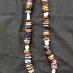 Lange bunte Halskette mit Silberelementen